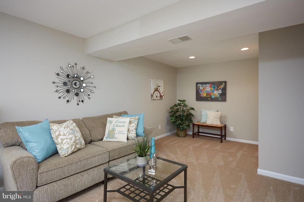 Family Room in LL has brand new carpet - 1905 WESTMORELAND ST N, ARLINGTON