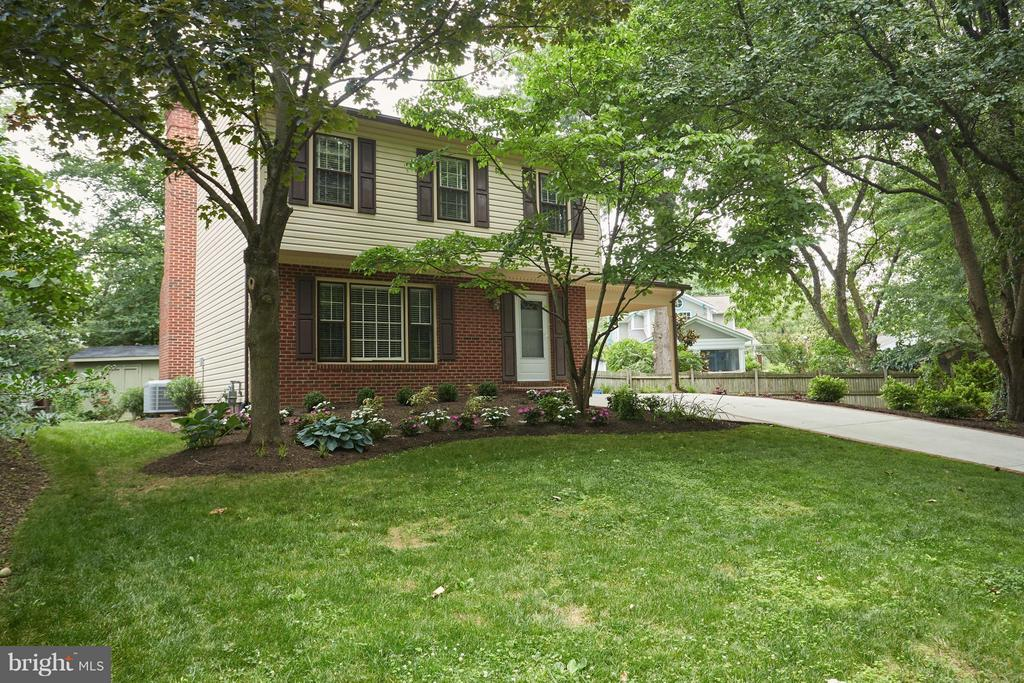 Fantastic curb appeal and great landscaping. - 1905 WESTMORELAND ST N, ARLINGTON