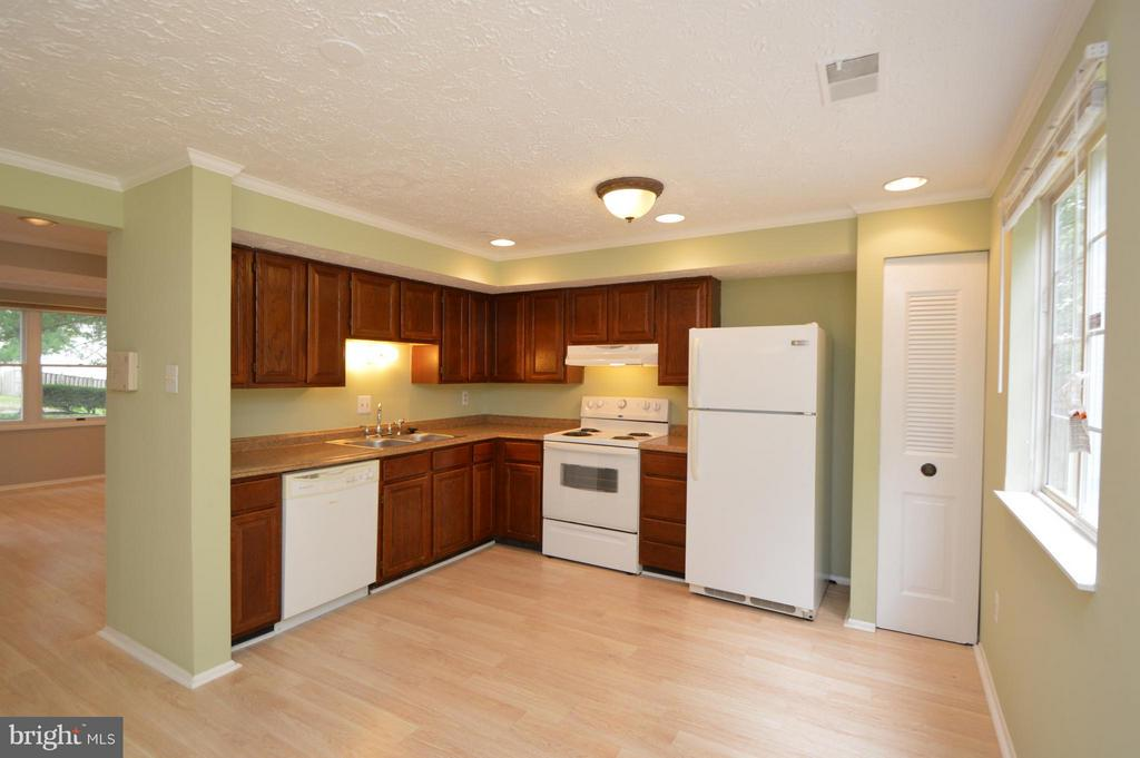 Kitchen - 8806 NEWINGTON COMMONS RD, LORTON