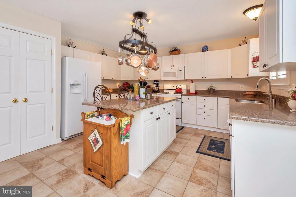 Quartz counter tops in Kitchen - 19 CLOVERLEAF CT, FREDERICKSBURG