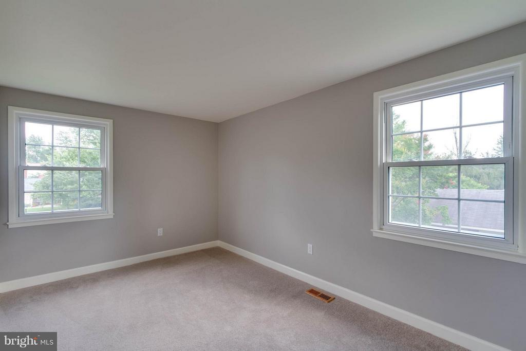 Bedroom 2 is spacious and bright! - 13127 PENNYPACKER LN, FAIRFAX