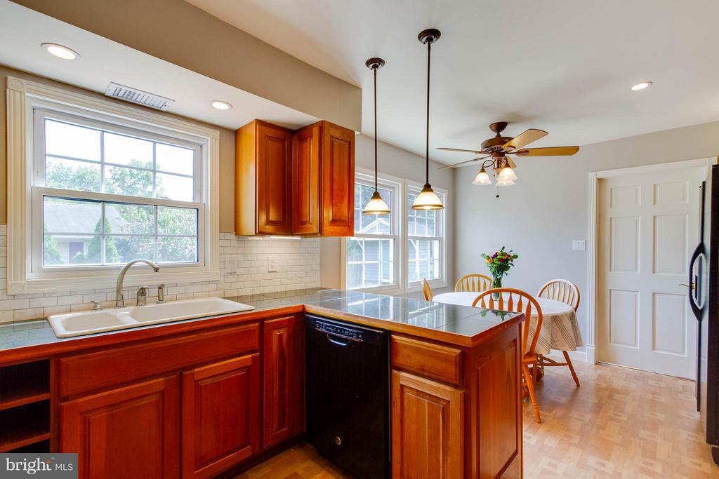 What a great area for cooking, dining and fun! - 13127 PENNYPACKER LN, FAIRFAX