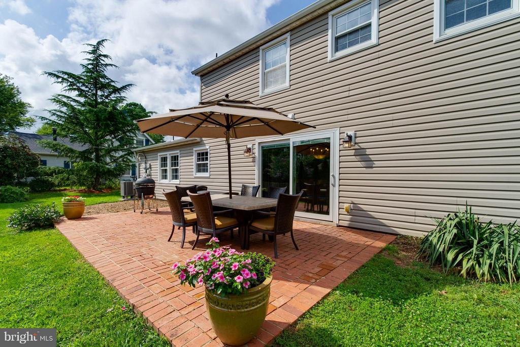 Wonderful patio for a large table and grill - 13127 PENNYPACKER LN, FAIRFAX