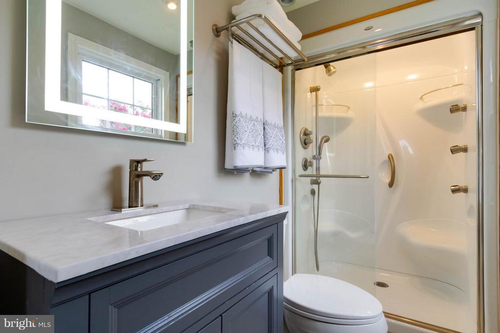 Great vanity and amazing shower! - 13127 PENNYPACKER LN, FAIRFAX