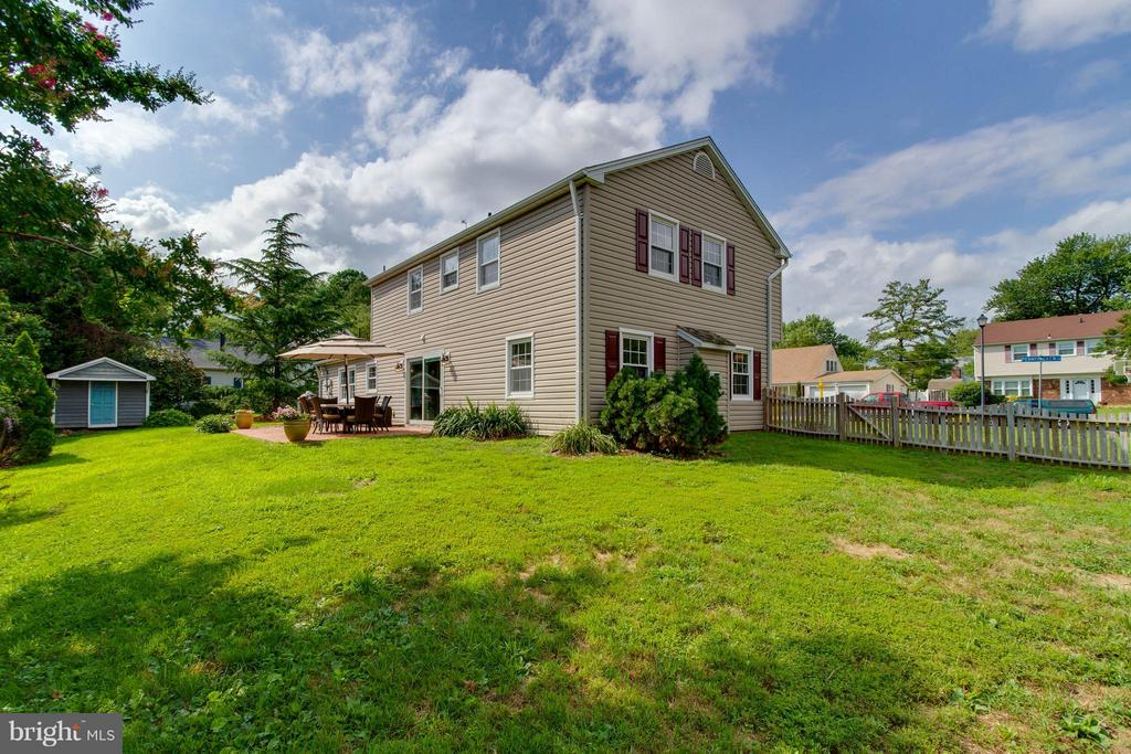 Look at this big backyard! - 13127 PENNYPACKER LN, FAIRFAX