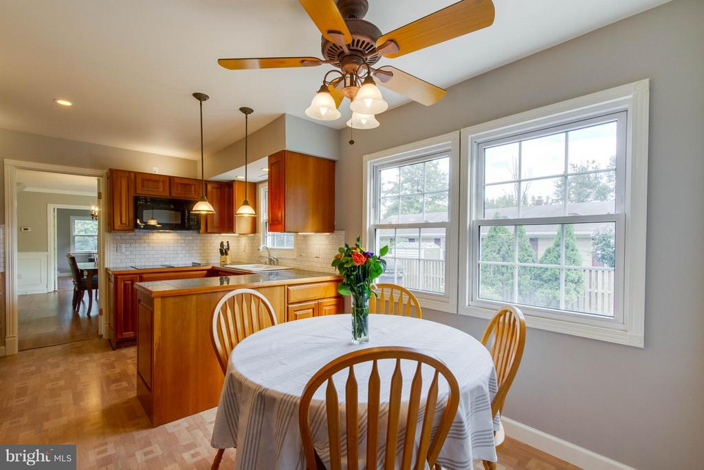 Space for a breakfast table and so much light! - 13127 PENNYPACKER LN, FAIRFAX