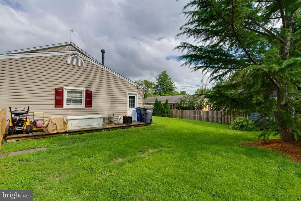 Side yard has a deck to store many things - 13127 PENNYPACKER LN, FAIRFAX