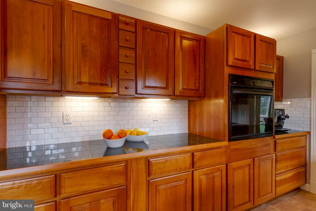 An awesome amount of cabinets and countertop space - 13127 PENNYPACKER LN, FAIRFAX