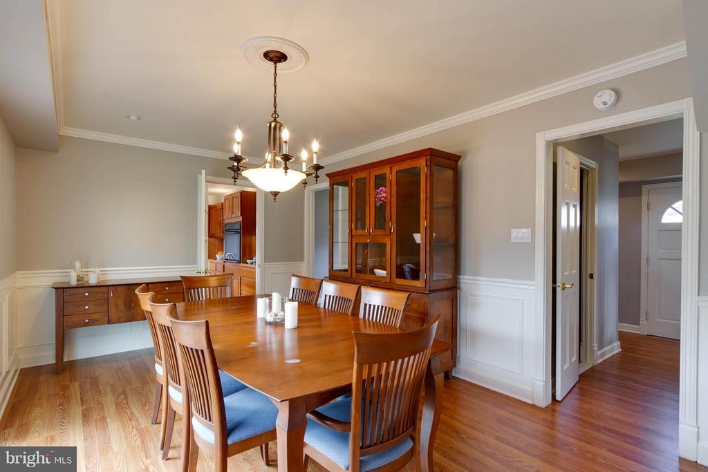 An extra large area for dining, seats 6-8 - 13127 PENNYPACKER LN, FAIRFAX