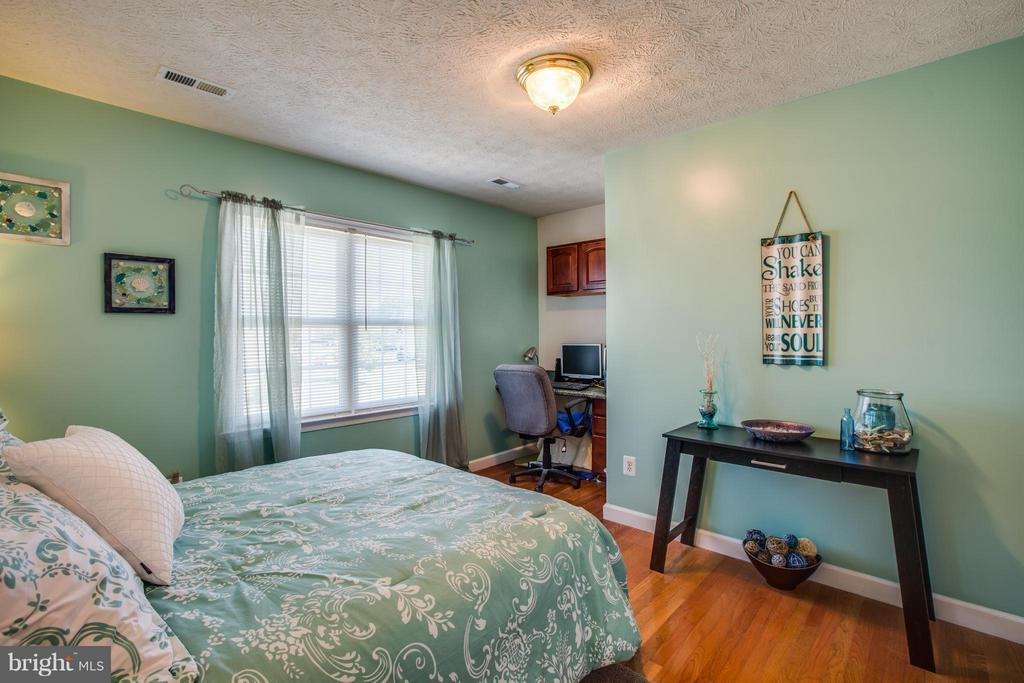 Bedroom 2 has a built in desk for study time - 4014 DERBYSHIRE LN, FREDERICKSBURG