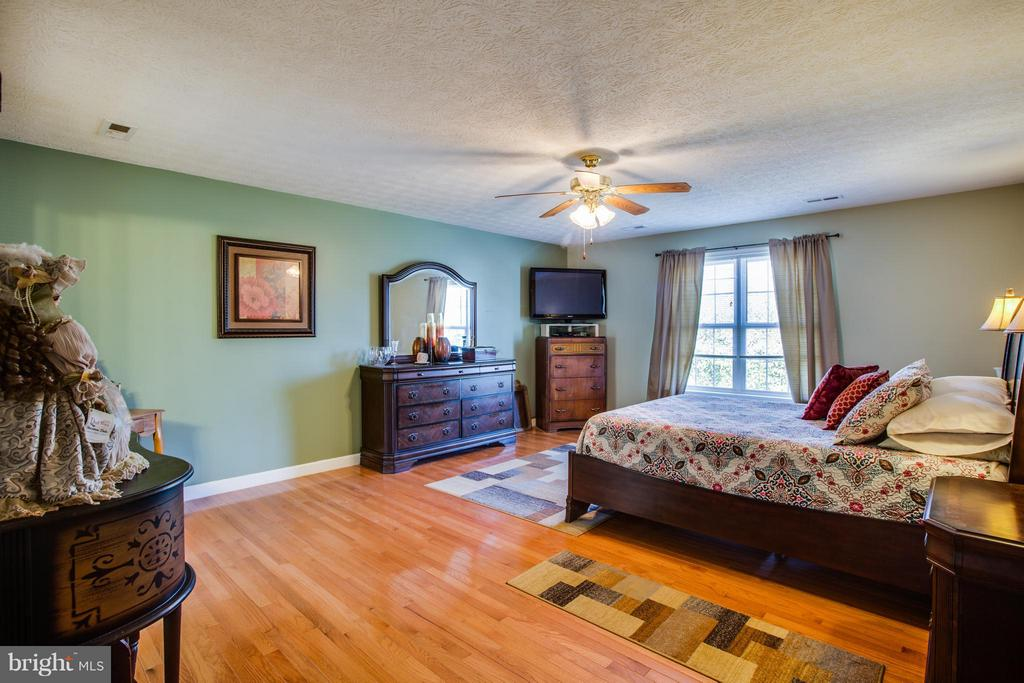 King size bed is no problem for this huge master - 4014 DERBYSHIRE LN, FREDERICKSBURG