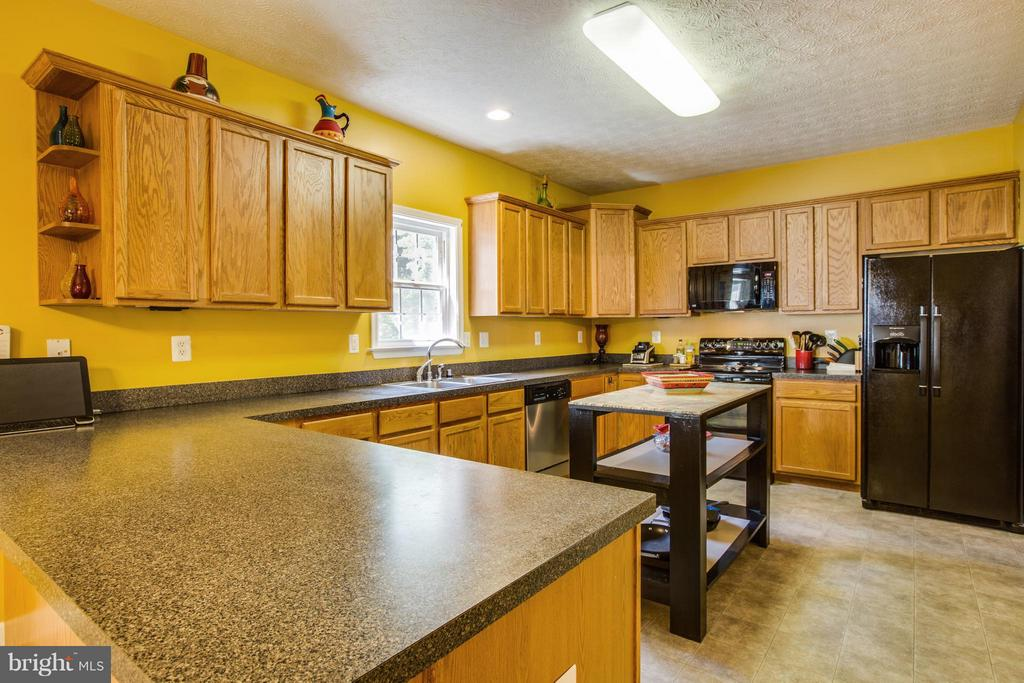In this kitchen there's room for everything - 4014 DERBYSHIRE LN, FREDERICKSBURG