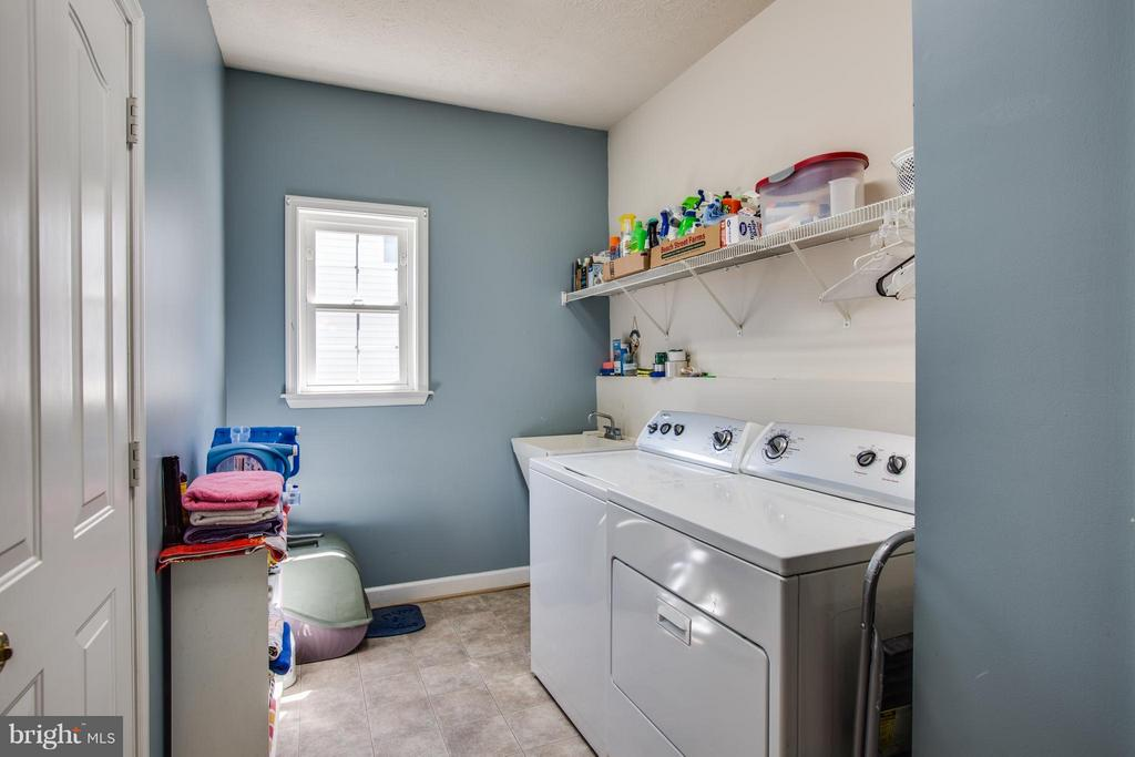 Laundry/mud room just off the garage - 4014 DERBYSHIRE LN, FREDERICKSBURG