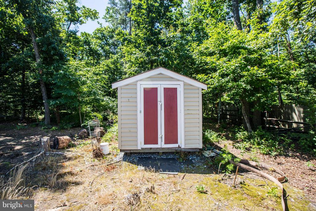Storage shed keeps the lawnmower out of the garage - 4014 DERBYSHIRE LN, FREDERICKSBURG