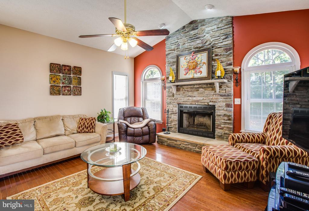 Amazing Family Room invites you to come relax - 4014 DERBYSHIRE LN, FREDERICKSBURG