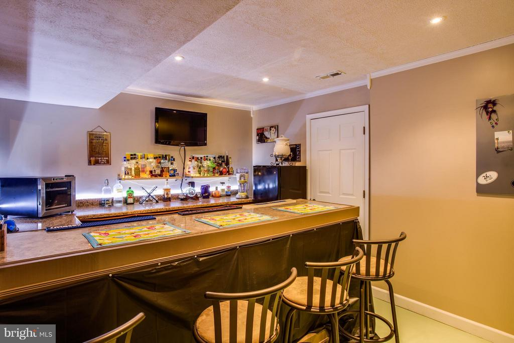Basement bar is great for game or karaoke night - 4014 DERBYSHIRE LN, FREDERICKSBURG