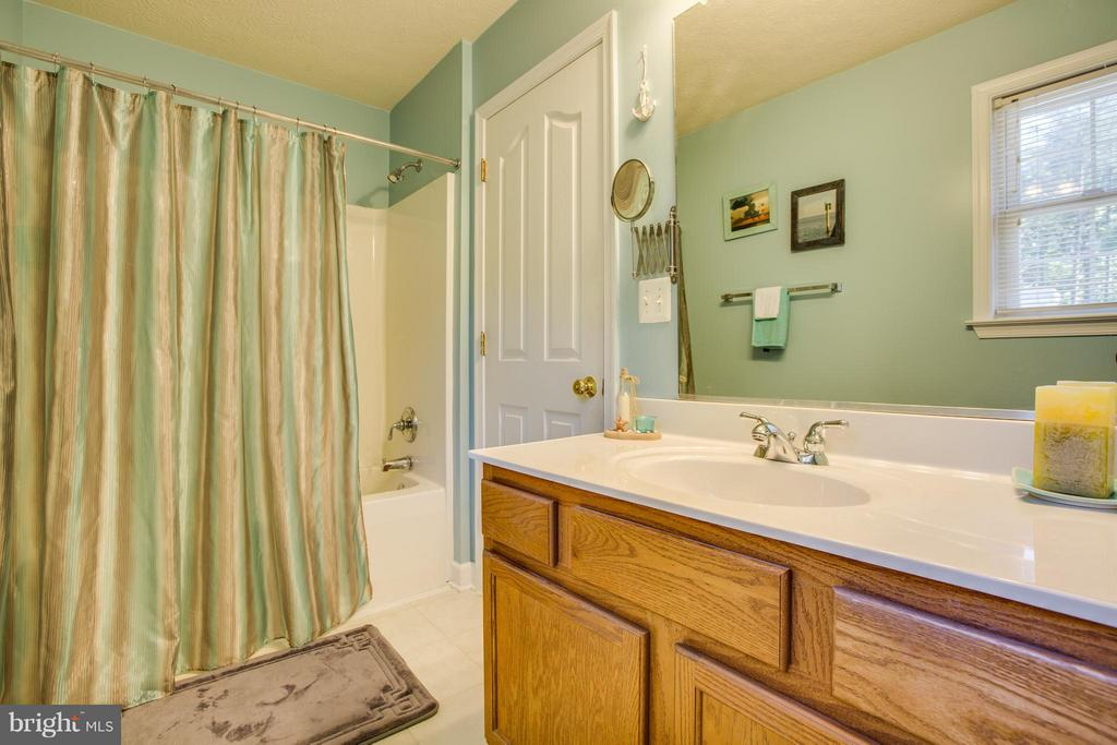 Main bath is bright and clean - 4014 DERBYSHIRE LN, FREDERICKSBURG