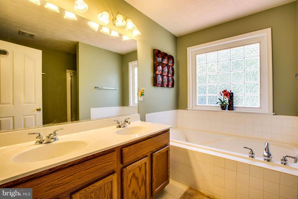 Master bath has dual vanities, separate shower/tub - 4014 DERBYSHIRE LN, FREDERICKSBURG