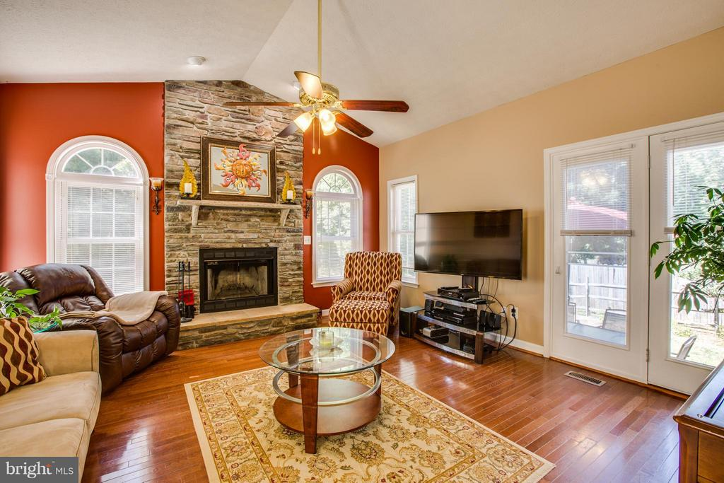 Can you imagine relaxing in this living room? - 4014 DERBYSHIRE LN, FREDERICKSBURG