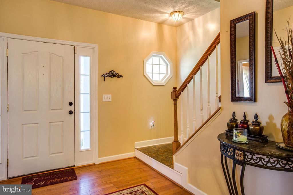 bright foyer shows off gleaming hardwoods - 4014 DERBYSHIRE LN, FREDERICKSBURG