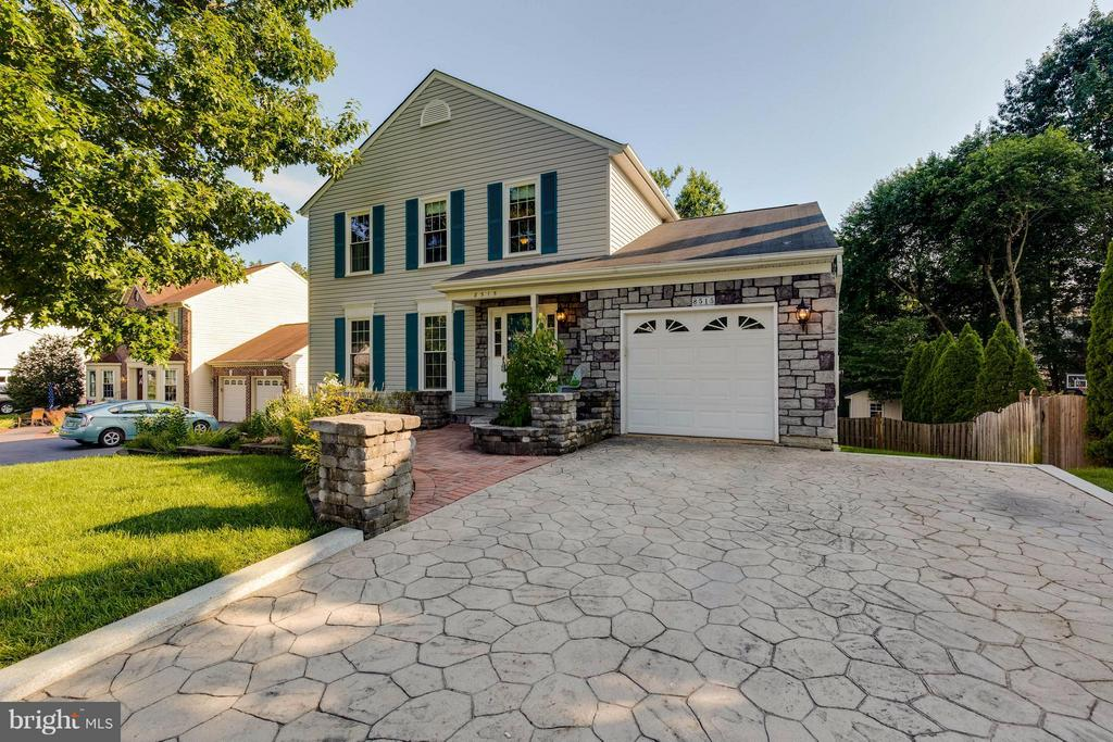 Garage and extensive landscaping welcomes you home - 8515 SILVERDALE RD, LORTON