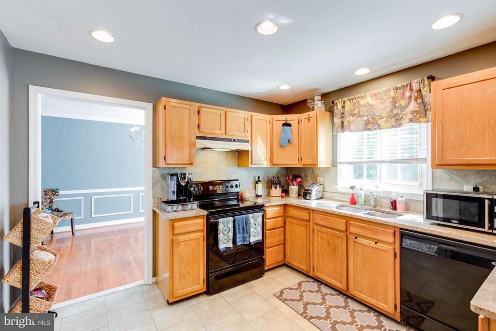 Bright open kitchen with formal dining room - 8515 SILVERDALE RD, LORTON