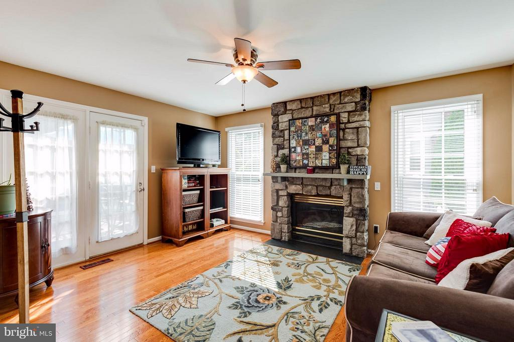 Warm and bright FM opens to deck and kitchen - 8515 SILVERDALE RD, LORTON