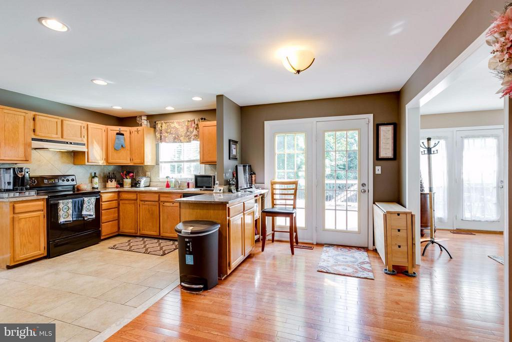 Kitchen opens to deck, family room, and dining rm - 8515 SILVERDALE RD, LORTON