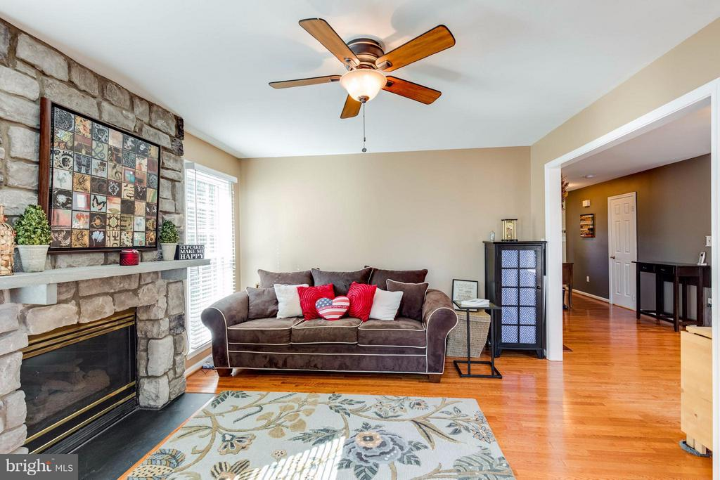 Gorgeous hardwoods and gas fireplace! - 8515 SILVERDALE RD, LORTON
