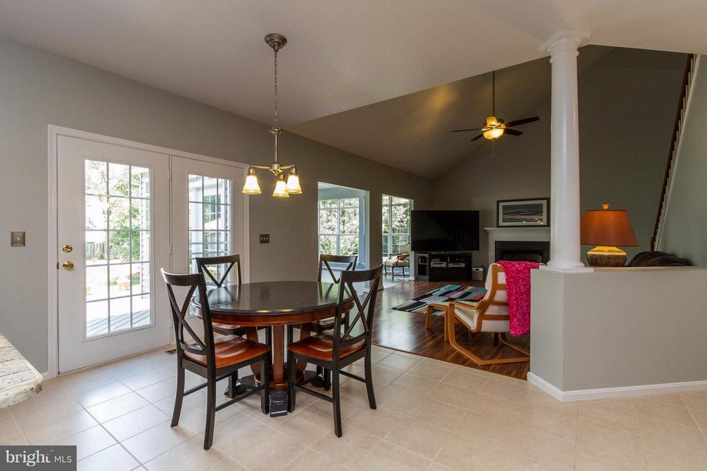 Kitchen flows out to deck - 320 ALABAMA DR, HERNDON