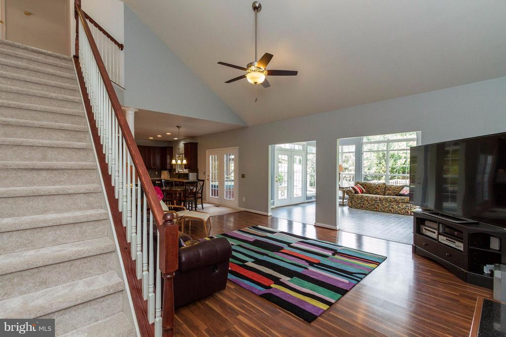 Back stairway with access to upper level bedrooms - 320 ALABAMA DR, HERNDON