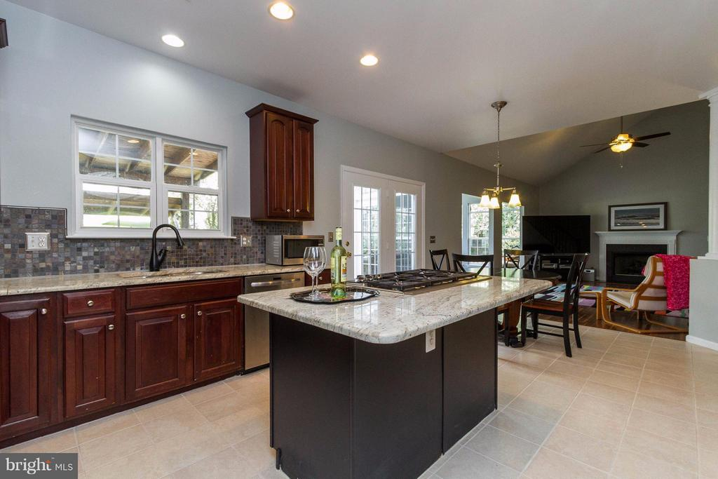 Kitchen overlooks breakfast area and family room - 320 ALABAMA DR, HERNDON