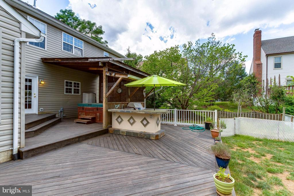 Trex deck and covered hot tub - 320 ALABAMA DR, HERNDON