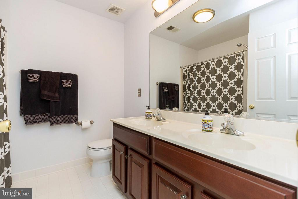 Upper level full bath - 320 ALABAMA DR, HERNDON