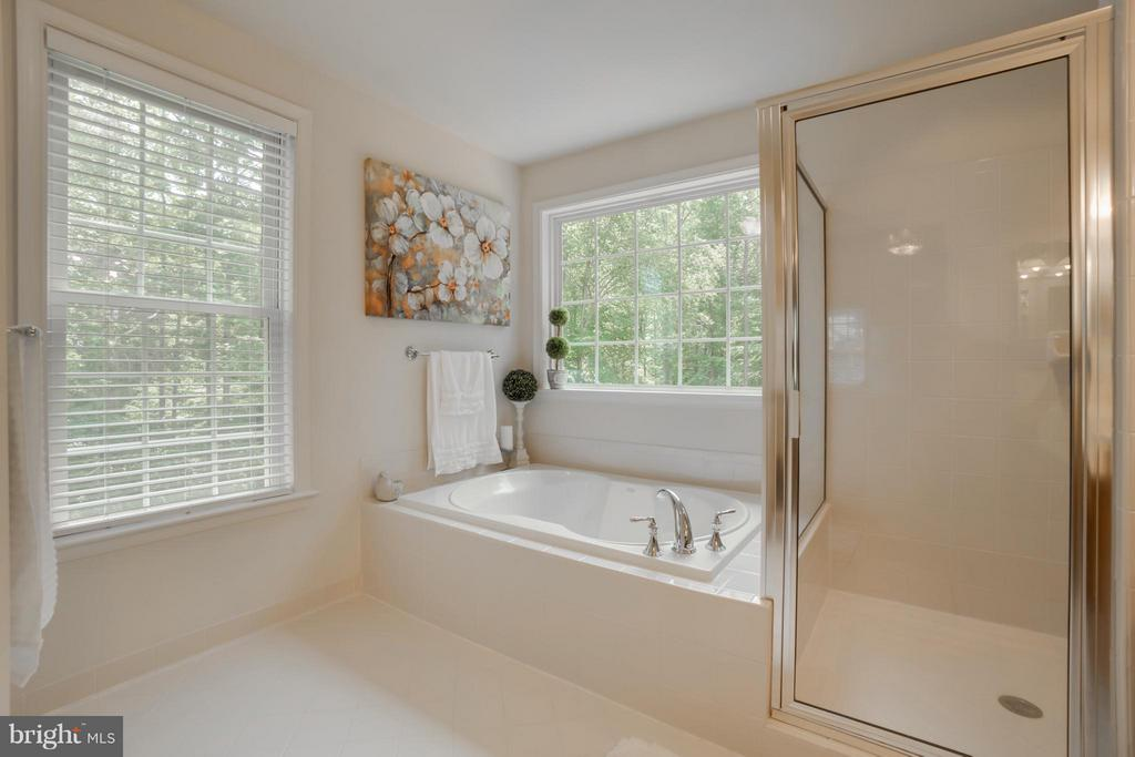 Large Soaker Tub and Standalone Shower - 214 KIMBERWICK LN, STAFFORD