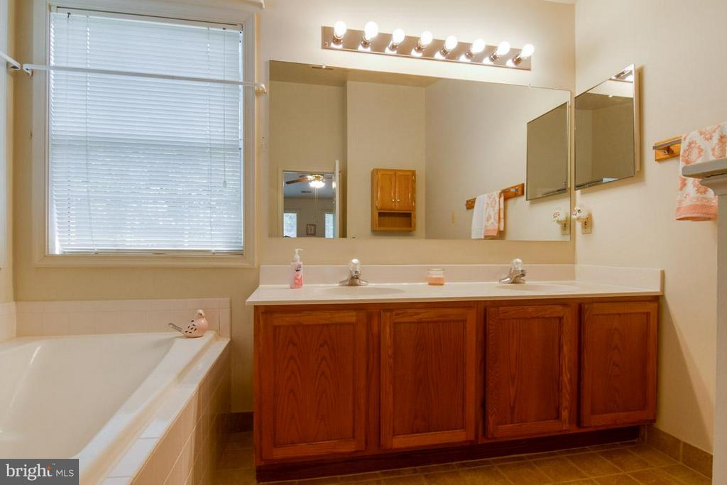 Master Bath with Vaulted Ceiling - 10 JUSTIN CT, STAFFORD