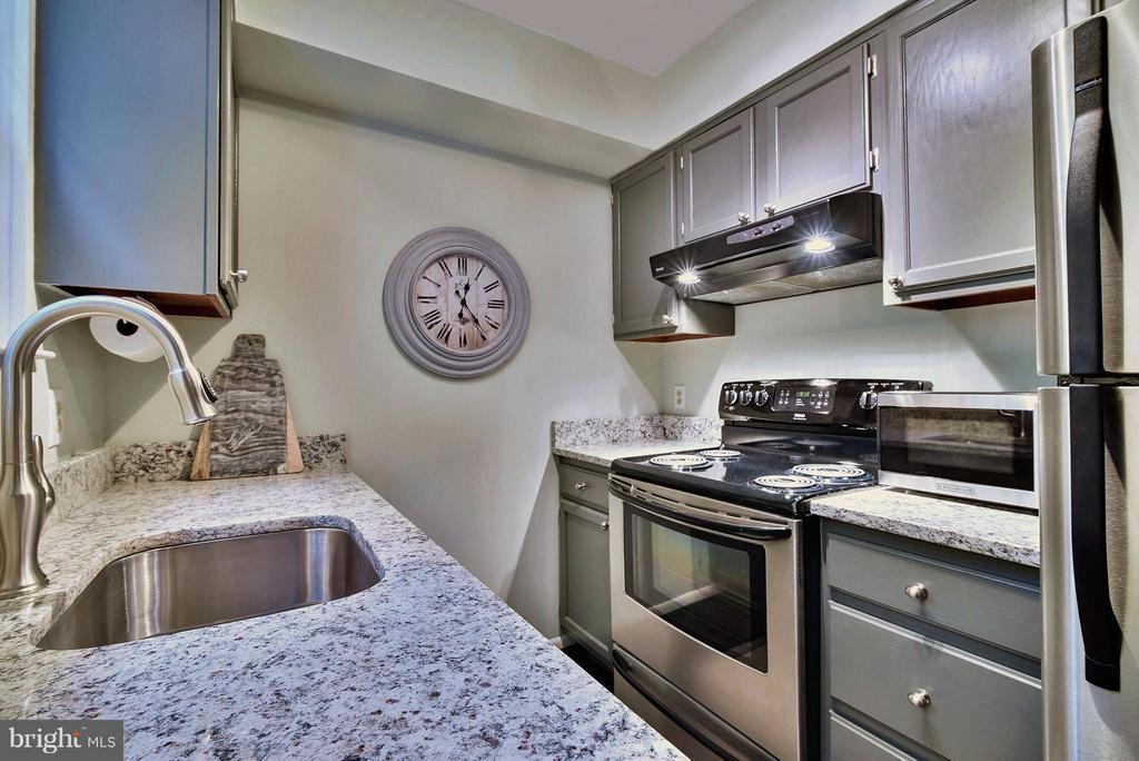 Gorgeous new granite countertops - 2846B WAKEFIELD ST S #B, ARLINGTON