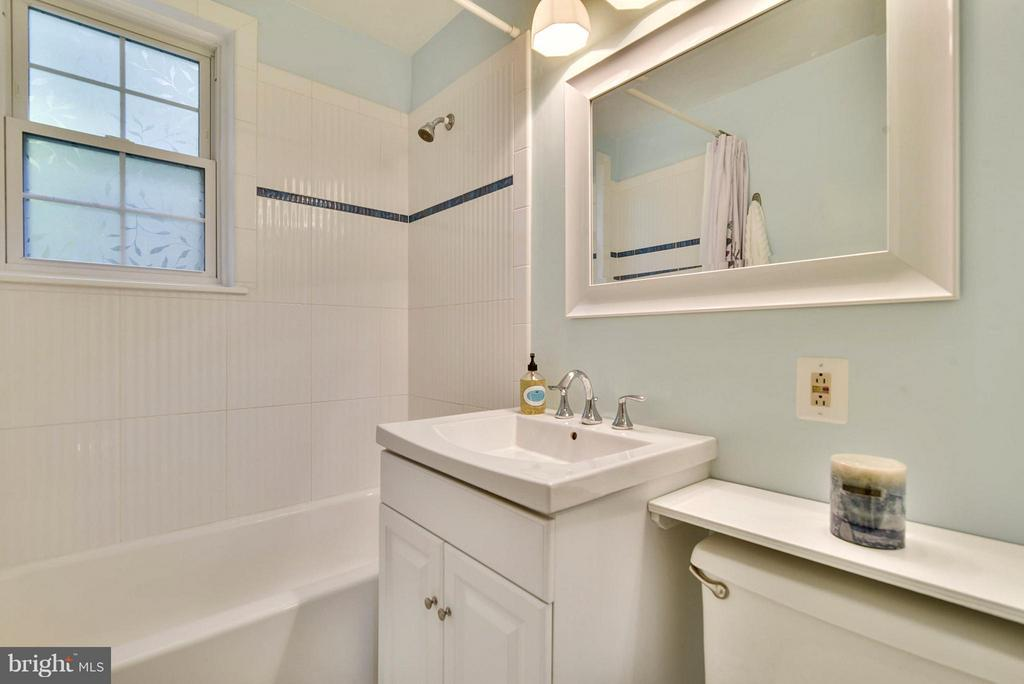 Crisp and clean renovated bath - 2846B WAKEFIELD ST S #B, ARLINGTON