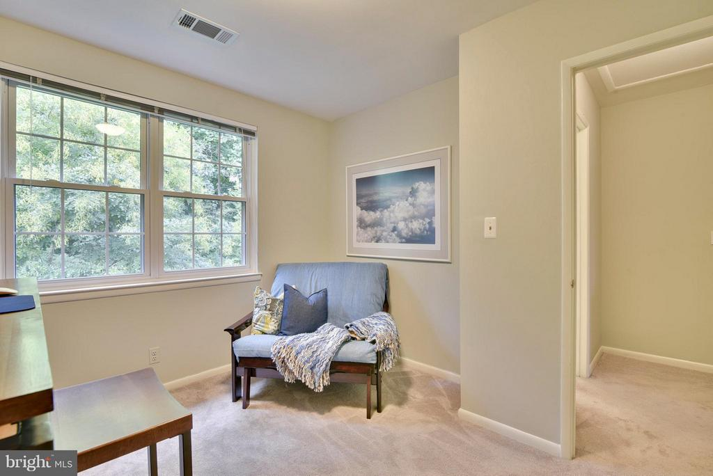 A daybed fits nicely in the corner - 2846B WAKEFIELD ST S #B, ARLINGTON