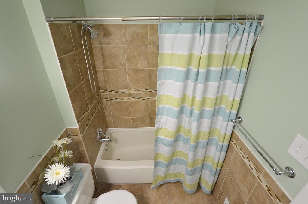 Upper Level Bath - 10687 MYRTLE OAK CT, BURKE
