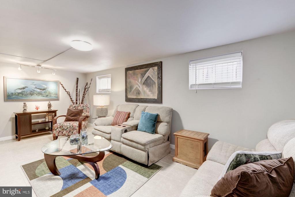 Lower level bedroom used as family room - 6208 SLIGO MILL RD NE, WASHINGTON
