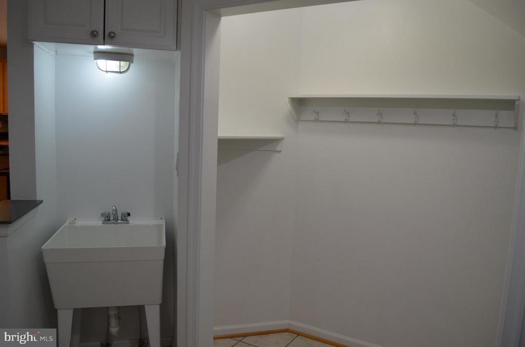 Mud room off kitchen w/ huge closet/utility sink - 6096 EDMONT DR, FREDERICK
