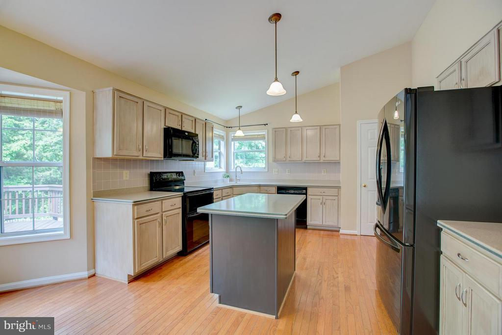 Center island and upgraded lighting in kitchen - 40 DOROTHY LN, STAFFORD