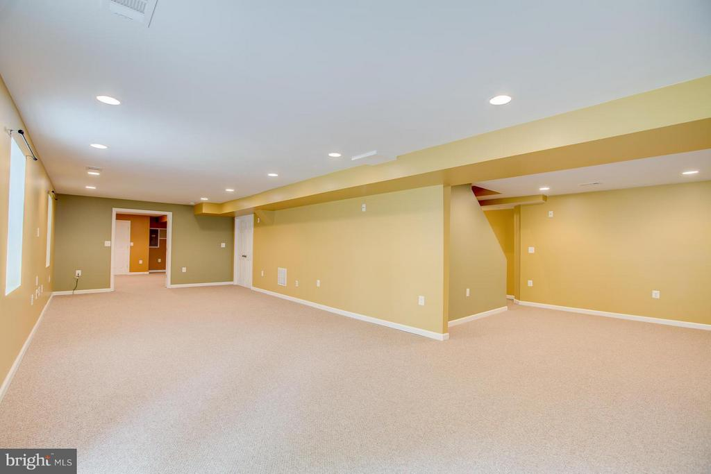 Recessed lighting and wired for surround sound - 40 DOROTHY LN, STAFFORD