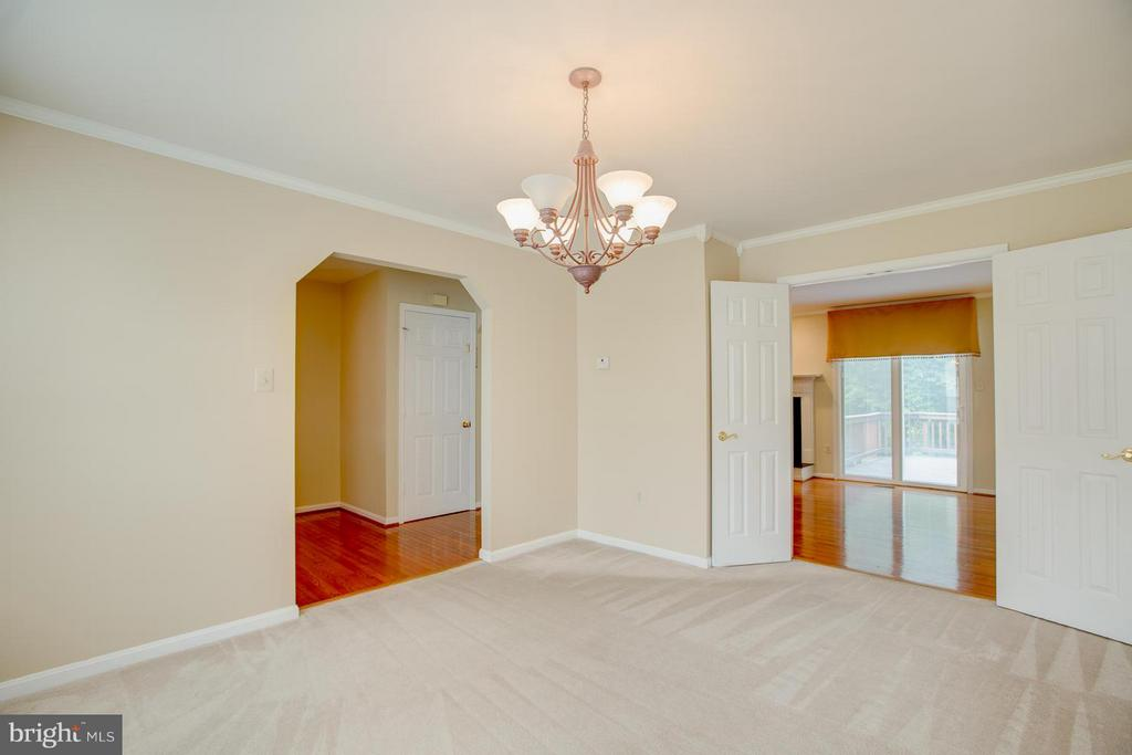 Upgraded light and crown molding - 40 DOROTHY LN, STAFFORD