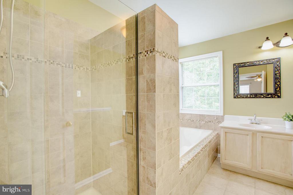 Spa day, everyday w/walk-in shower and soaking tub - 40 DOROTHY LN, STAFFORD