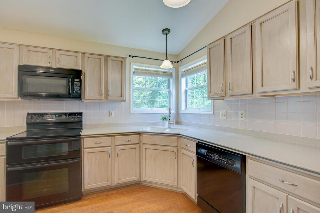 Corner windows provide great views of the backyard - 40 DOROTHY LN, STAFFORD