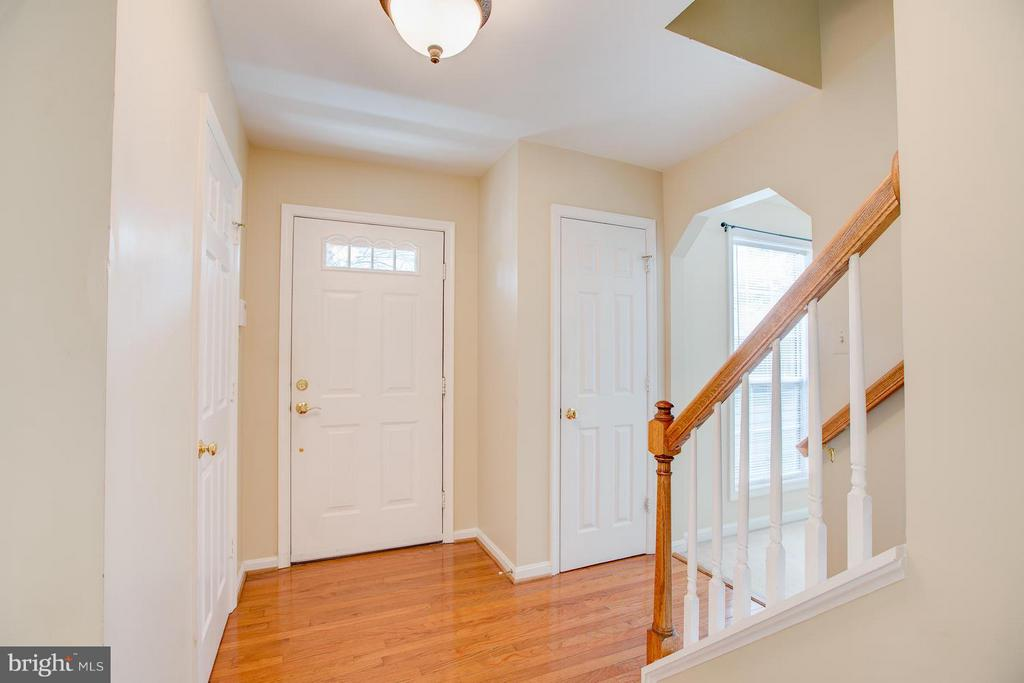 Hardwoods in foyer and throughout main level - 40 DOROTHY LN, STAFFORD