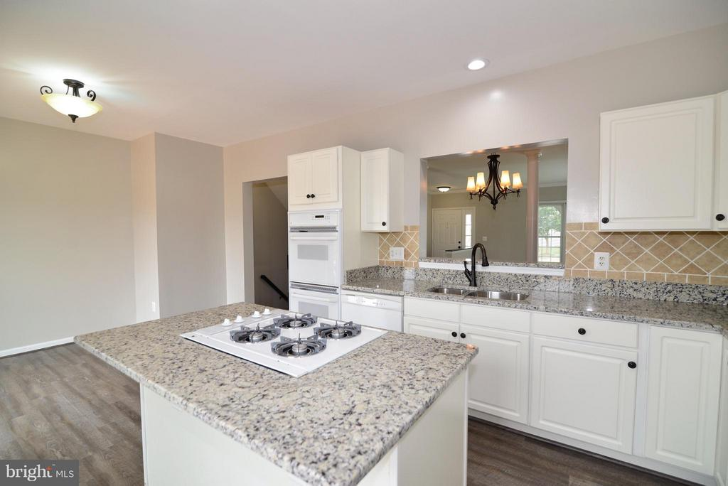 Kitchen Passthrough to Dining/Living Room - 43996 KINGS ARMS SQ, ASHBURN