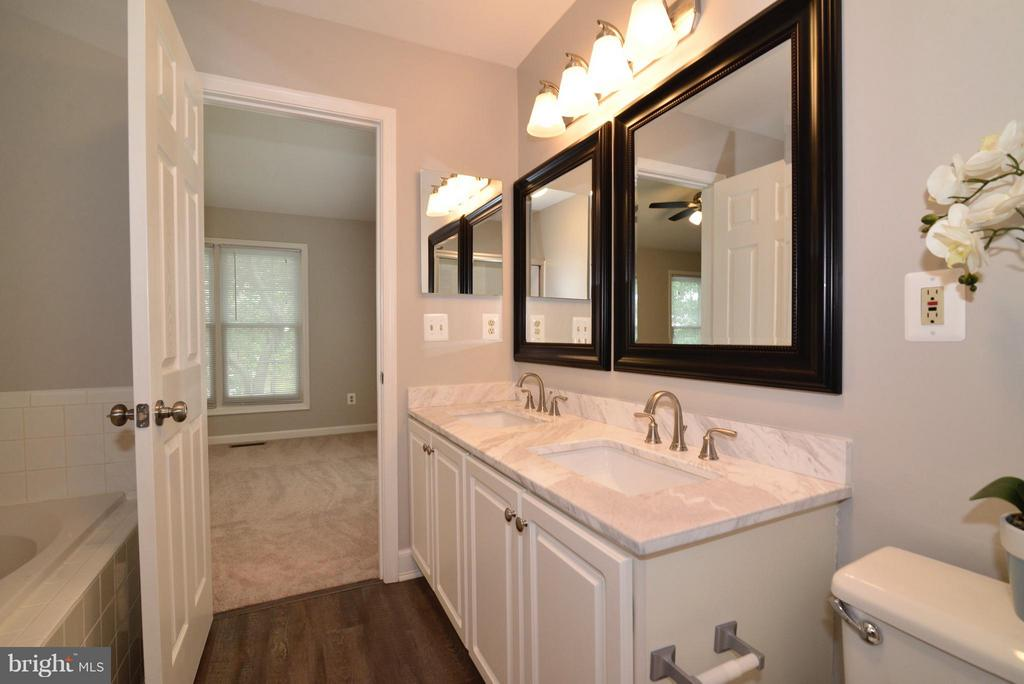 New Countertop, mirror, lighting, & fixtures! - 43996 KINGS ARMS SQ, ASHBURN